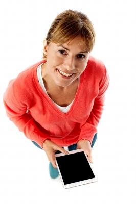 Kobieta trzymająca tablet - wnioskująca o pożyczkę